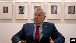 美國駐華大使布蘭斯塔德在北京的美國大使館內接受媒體採訪。 (2020年9月29日)