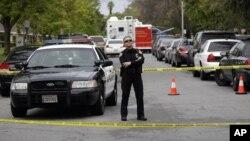 Un policía custodia la escena de un crimen en el que resultó muerto un agente en Modesto, California.