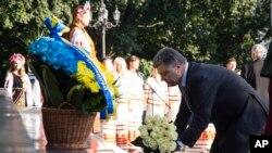 Presiden Ukraina Petro Poroshenko meletakkan bunga di monumen Taras Shevcenko, penyair terkenal Ukraina di Kyiv, Ukraina, Minggu, 24 Agustus 2014, dalam upacara peringatan Hari Kemerdekaan Ukraina.