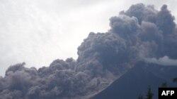 지난 3일 과테말라 알로테낭고 푸에고 화산의 폭발로 검은 연기가 산 전체를 뒤덮고 있다. 이날 폭발로 현재까지 25명이 숨지고 300여 명이 다쳤다.