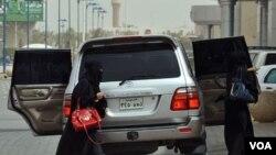Algunas mujeres sauditas lllevan a cabo una protesta contra la prohibición de conducir automóviles.