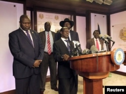 South Sudan Second Vice President James Wani Igga (C), flanked by South Sudan President Salva Kiir (R) and First Vice President Riek Machar (L), addresses a news conference at the Presidential State House in Juba, South Sudan, July 8, 2016.