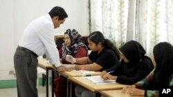 Ông Yaamin Abdul Gayoom làm thủ tục trước khi bỏ phiếu.