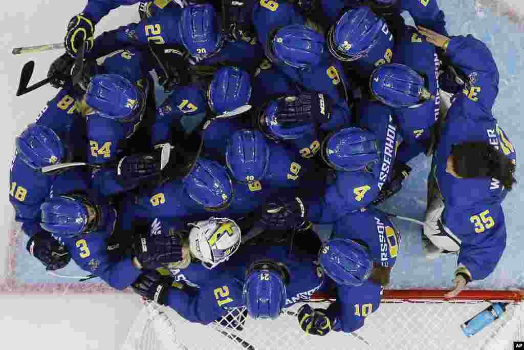 Tim Swedia merayakan kemenangan 4-0 lawan Jerman dalam pertandingan hoki es di Shayba Arena, Sochi, Rusia (11/2). (AP/Mark Humphrey)