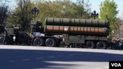 2015年5月初,俄罗斯纪念二战胜利日前夕阅兵彩排时停在莫斯科街头的S-400防空导弹。