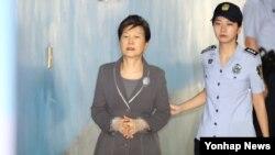 대법원이 25일 대법관 회의에서 재판선고 생중계를 허용하기로 결정했다. 이에 따라 재판장 허가를 거치면 박근혜 전 대통령이나 이재용 삼성전자 부회장 등의 선고 현장을 방송으로 볼 수 있게된다. 사진은 이날 속행공판을 위해 서울 서초구 서울중앙지법에 도착하고 있는 박근혜 전 대통령.