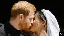 Le prince Harry et Meghan Markle s'embrassent sur les marches de la chapelle St George au château de Windsor après leur mariage à Windsor, près de Londres, Angleterre, 19 mai 2018.