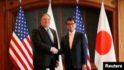 Le secrétaire d'État américain, Mike Pompeo, serre la main du ministre des Affaires étrangères du Japon, Taro Kono, lors d'une réunion bilatérale dans un hôtel de Séoul, en Corée du Sud, le 14 juin 2018.