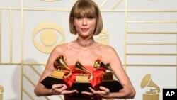 """Taylor Swift obtuvo los premios al mejor álbum del año, mejor álbum pop vocal y mejor video musical por """"Bad Blood""""."""