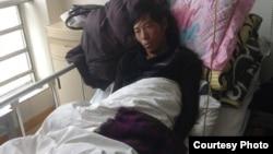 2013年9月底在比如县军警镇压时被打伤的次仁坚参在拉萨医院里(图片来自藏人行政中央官方网)