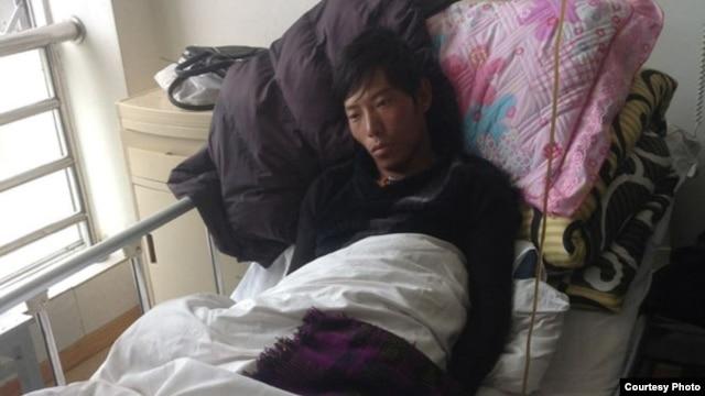 2013年9月底在比如县军警镇压时被打伤的次仁坚参在拉萨医院里(图片来自藏人行 政中央官方网)