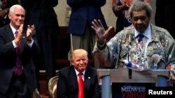 유명 권투 프로모터 돈 킹(오른쪽)이 21일 오하이오주 클리블랜드 하이츠에서 열린 종교지도자 행사에서 도널드 트럼프(가운데) 공화당 대통령 후보를 소개하고 있다. 왼쪽은 마이크 펜스 부통령 후보.