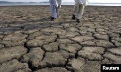 یہ کسی افریقی ملک کا منظر نہیں ہے، بلکہ اسلام آباد کا راول ڈیم ہے، جو اکثر اوقات بارش کی کمی کے باعث خشک پڑ جاتا ہے۔