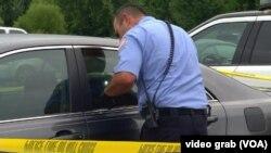 Policajac u Springfildu tokom uviđaja nakon hapšenja naoružanog muškarca