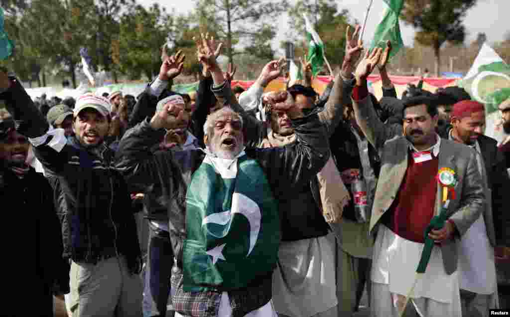 Supporters of Tahirul Qadri shout slogans during a protest in Islamabad, Pakistan, January 14, 2013.