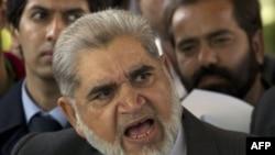 Ông Akram Sheikh, luật sư của nhân chứng Mansoor Ijaz, phát biểu tại một cuộc họp báo bên ngoài Tòa án Tối cao ở Islamabad, Pakistan, ngày 23/1/2012