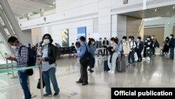 ဇူလိုင္လ ၂၁ ရက္ေန႔က အျပည္ျပည္ဆိုင္ရာေလေၾကာင္းလိုင္း (MAI) ကယ္ဆယ္ေရးေလယာဥ္နဲ႔ ေတာင္ကိုရီးယားႏိုင္ငံ အင္ခြၽန္း အျပည္ျပည္ဆိုင္ရာေလဆိပ္ကေန ေနရပ္ ျပန္ၾကမယ့္ ျမန္မာႏိုင္ငံသားတခ်ိဳ႕။ (ဓာတ္ပံု - Myanmar Embassy, Seoul - ဇူလိုင္ ၂၁၊ ၂၀၂၀)