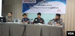 Kiri ke kanan: Direktur Eksekutif Indodata Danis Wahidin, Sekjen Relawan Prabowo Sandi (PRIDE) Taufik Hidayat, Juru bicara milenial Jokowi-Ma'ruf Deni Geovani, moderator saat launching hasil survei Indodata di Jakarta, Senin (8/4). (Foto: VOA/Sasmito)