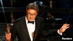 Director Pawel Pawlikowski holds his Oscar for best foreign language film at the 87th Academy Awards in Hollywood, California, Feb. 22, 2015.