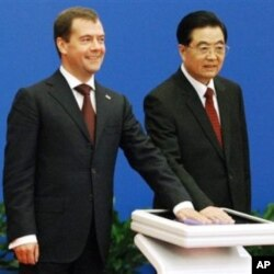 Russia's president Dimitry Medvedev (left) signed several energy contracts with his Chinese counterpart Hu Jintao, but couldn't win China's commitments to invest in modernizing Russian factories