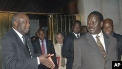 Shugaban Ivory Coast laurent Gbagbo daga hagu yake magana da PM Kenya Ra'ila Odinga.