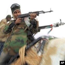 Des rebelles libyens à l'entrée ouest d'Ajdabiyah