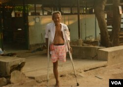 A Karen who underwent a leg amputation due to a landmine accident is seen at Mae Tao Clinic in Mae Sot, Thailand. (P. Vrieze/VOA)