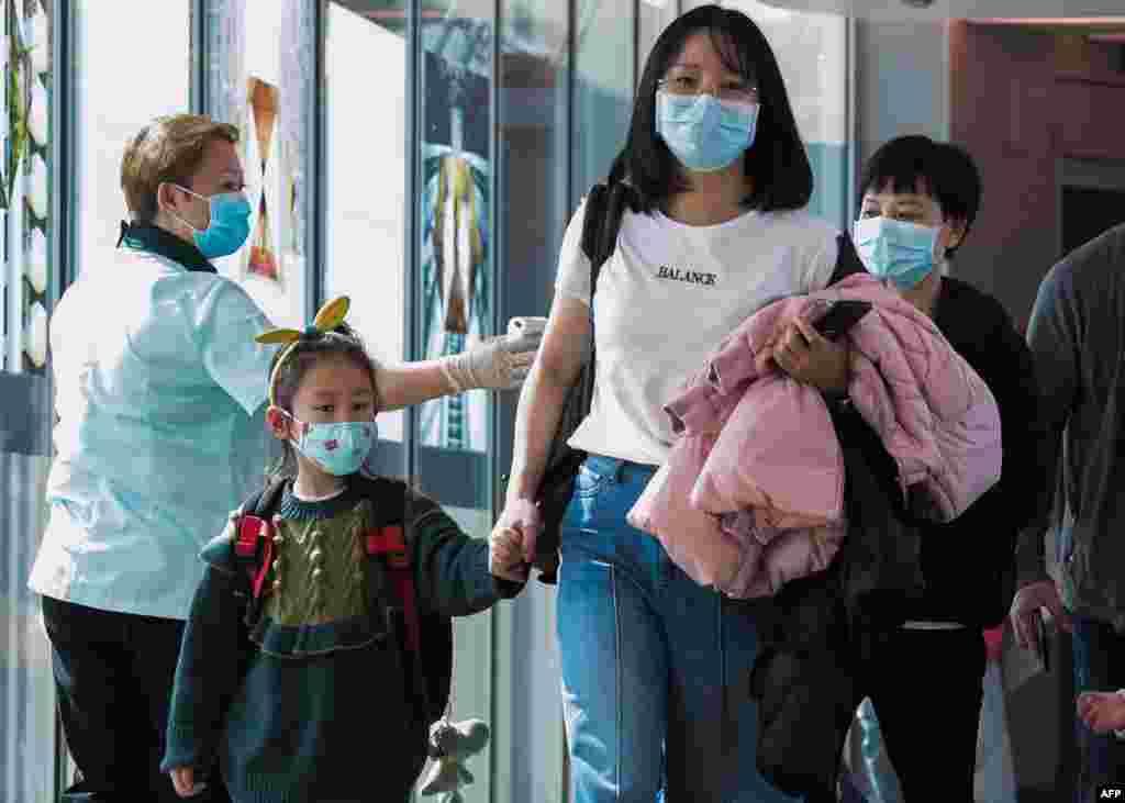 چین میں ایک سے دوسرے شہر فضائی سفر کرنے والے مسافروں کی اسکریننگ بھی لازمی قرار دے دی گئی ہے۔
