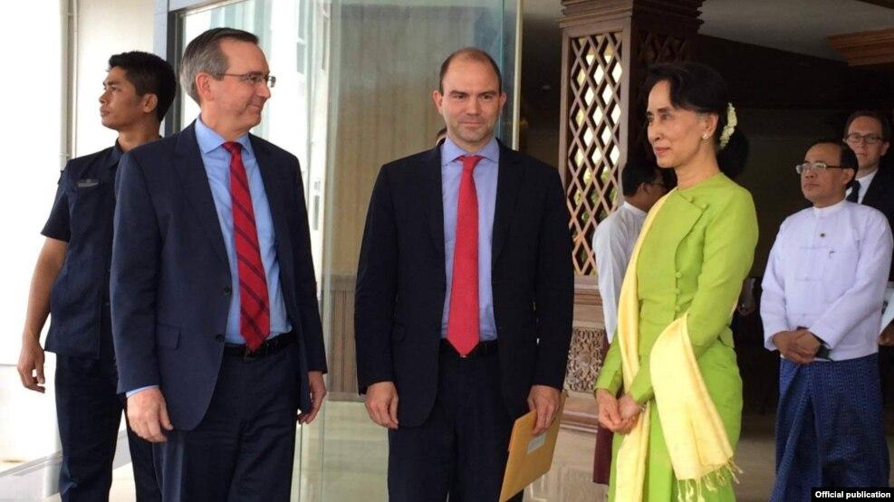 အေမရိကန္ျပည္ေထာင္စု ဒုတိယအမ်ဳိးသားလုံျခဳံေရးအၾကံေပး ဘန္ရုဒ္ ႏွင့္အဖြဲ႔ ႏုိင္ငံေတာ္၏အတုိင္ပင္ခံပုဂၢဳိလ္ေဒၚေအာင္ဆန္းစုၾကည္ တို႔ေတြ႔ဆံု (US Embassy Rangon)