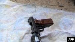 Khẩu súng với nòng hãm thanh tự chế được các tay súng dùng để cướp các tiệm vàng ở thủ đô Baghdad, ngày 25/5/2010