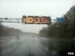 星期一在桑迪飓风的风暴中行驶在美国东海岸高速公路上的车辆 美国之音杨晨