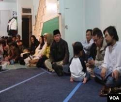 Acara sholat bersama di masjid Al-Falah, Philadelphia, biasanya juga dihadiri warga Indonesia dari negara-negara bagian sekitar Pennsylvania.