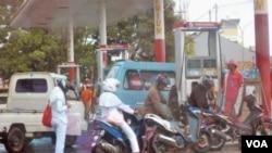 Berbagai daerah mengalami kelangkaan stok BBM bersubsidi dan harganya naik hingga 400 persen di atas harga resmi (foto: dok).