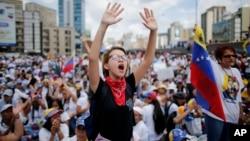 Manifestantes protestan en la autopista Francisco Fajardo de Caracas durante la marcha de las mujeres el sábado 6 de mayo.
