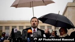 Phát ngôn viên của Liên minh Quốc gia Syria, Louay Safi, phát biểu với các phóng viên tại Geneve, ngày 10/2/2014.