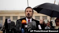시리아 반군 협상단의 루아이 사피 대변인이 10일 스위스 제네바에서 평화회담 재개에 앞서 기자들의 질문에 답하고 있다.
