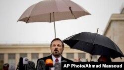 Loaj Safi, predstavnik Srijske nacionalne koalicije se obracha novinarima nakon konferencije o Siriji u Ženevi, 10. februar, 2014.