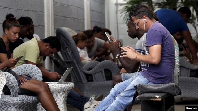 Funcionarios de EE.UU. y Cuba hablan de telecomunicaciones