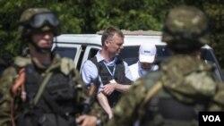 歐安組織烏克蘭特別監督小組副組長亞歷山大•胡格(中)在烏克蘭視察的檔案照(2014年7月30日)
