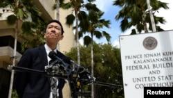 Jaksa Agung Hawaii Douglas Chin menjawab pertanyaan media terkait tanggapan terhadap kebijakan larangan pendatang terbaru Presiden Trump di Pengadilan Distrik Sirkuit 9 di Honolulu, Hawaii, 15 Maret 2017. (REUTERS/Hugh Gentry).