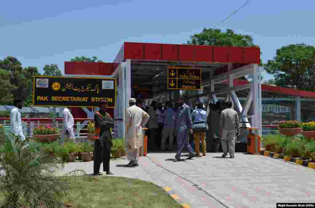 وزیر اعظم نواز شریف نے راولپنڈی اسلام آباد میٹرو منصوبے کا افتتاح کیا۔