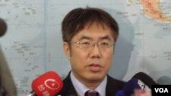 民进党籍立委黄伟哲1月10号在立法院(美国之音申华摄影)