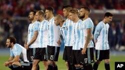 Des joueurs de l'équipe d'Argentine lors des tirs au but de la finale de la Copa America contre le Chili, Santiago le 4 juillet 2015