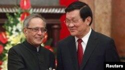 Presiden India Pranab Mukherjee (kiri) bersama Presiden Vietnam Truong Tan Sang di Hanoi (15/9).