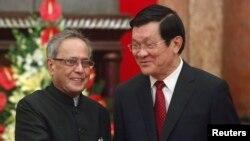 印度总统慕克吉和越南主席张晋创在河内握手(2014年9月15日)