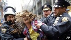 시위 두 달째를 맞이하여 17일을 '행동의 날'로 지정한 반월가 시위대, 뉴욕경찰들에 의해 체포된 반월가 시위자의 모습
