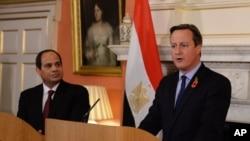 Thủ tướng Anh David Cameron (phải) tổ chức một cuộc họp báo với Tổng thống Ai Cập Abdel Fattah el-Sissi hôm thứ Năm, ngày 5/11/2015, tại London.