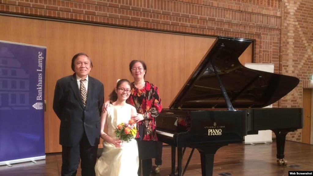 Vợ chồng ông bà Nguyễn Quang Hồng Nhân và con gái Nguyễn Quang Hồng Ân (Ảnh: Thoibao.com)