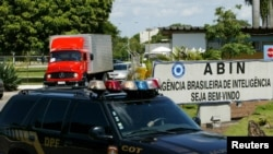 Sebuah truk berisi dokumen tahun 1964-1985 yang dikumpulkan saat militer berkuasa di Brazil, meninggalkan kantor Badan Intelijen Brazil (ABIN) menuju kantor arsip Nasional di Brasilia, 21 Desember 2005 (Foto: dok).