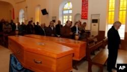 伊拉克人為星期四爆炸事件的兩名受害者舉行葬禮